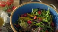 Frau vorbereiten Salat für Abendessen