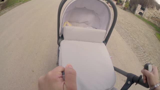 Donna spingendo il passeggino con bambino
