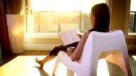 Mulher relaxa na liberdade ao pôr do sol