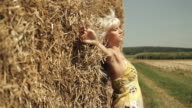 HD DOLLY: Frau entspannend auf Hay Bale