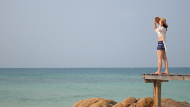 Frau Entspannung am Meer mit blauer Himmel, Entspannung Konzept, 4 k (UHD