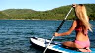 Donna rilassante su paddle board