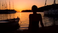 MS DS Frau entspannend auf den Pier