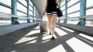 Kvinna som rullande bagage vid tunnelbanestation