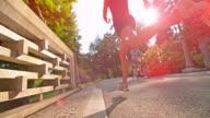 SLO MO donna corre attraverso un ponte sole