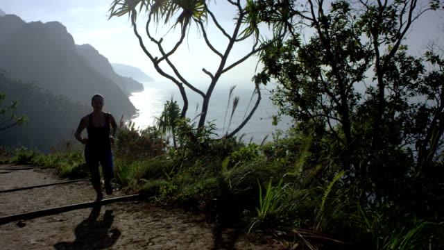 Frau läuft in tropischen Hawaii