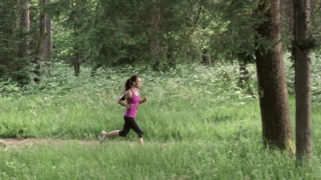 SLO, MO, DS Frau läuft im Wald