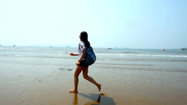 Frau rennt mit Rucksack