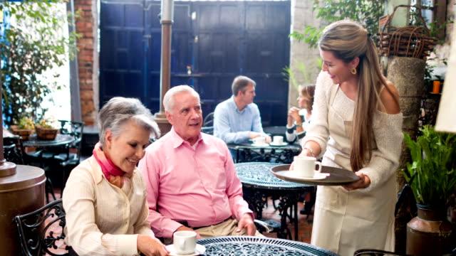 Frau mit Tischen in einem coffee house