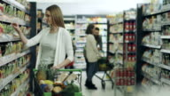 Donna shopping nel supermercato