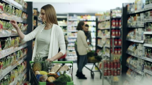 Donna shopping nel supermercato