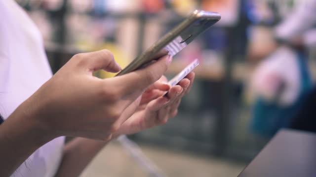 Kvinna Shopping Online i gallerian, nära-up
