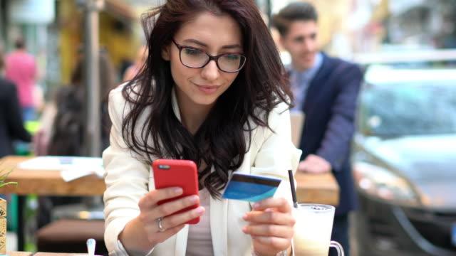 Frau online-shopping mit Kreditkarte