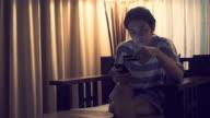 MS-Woman online winkelen met slimme telefoon / Bangkok, Thailand