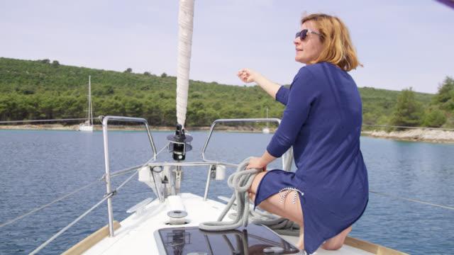 WS-Frau zeigt, wo ein Boot an der Boje in der Bucht zu binden