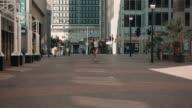 Frau Skaten im urbanen Ambiente