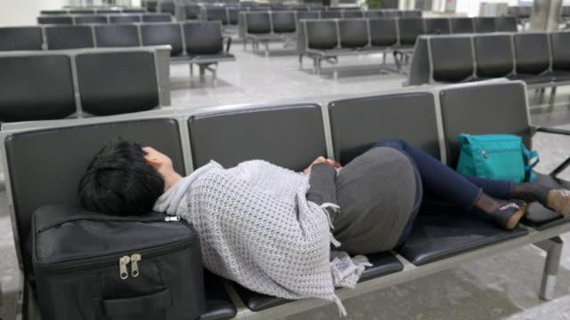 Frau schlafen im Flughafen-terminal