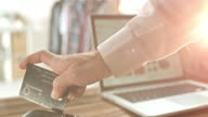 SLO MO kvinna glidande kreditkortet och PIN-kod
