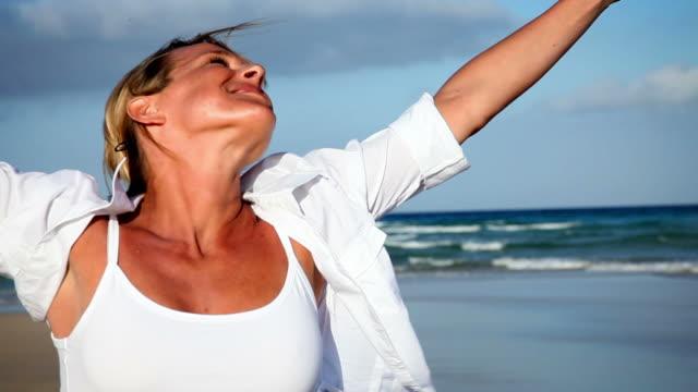 Donna spinning sulla spiaggia