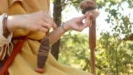 Frau spielt die Fäden der Garn