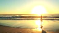 Donna sta da solo su una spiaggia