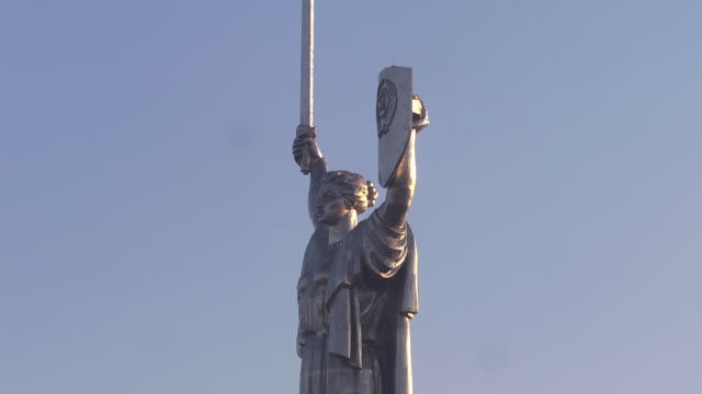 CU woman statue