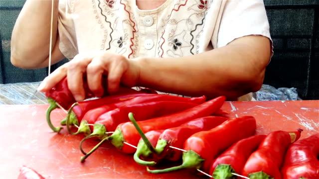 Vrouw snaren verse chilipepers