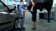 Donna prendendo un'auto al meccanico