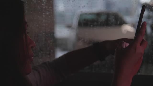 Frau, die das Telefonieren im Auto