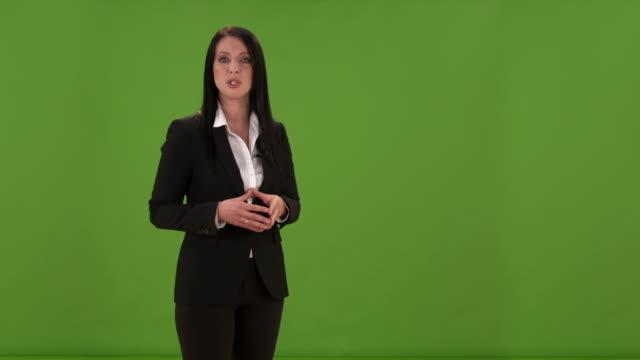 HD: Frau, die etwas zu Kamera