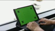 Frau grün Tablet-Bildschirm berühren