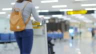 Vrouw reiziger passagier in de terminal van de luchthaven