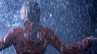 Frau Twirling im Regen