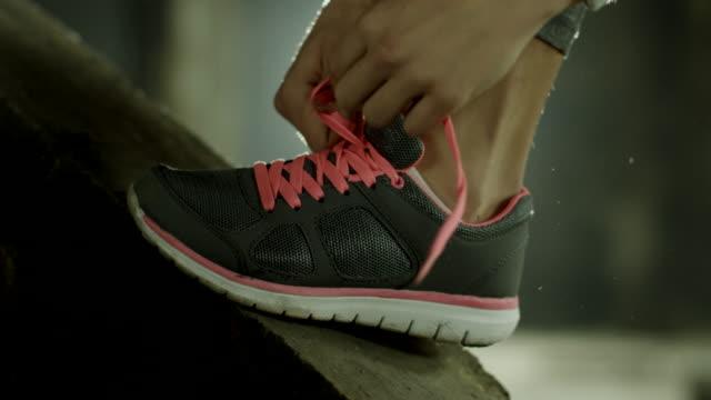 Frau Binden Ihre Training Schuh
