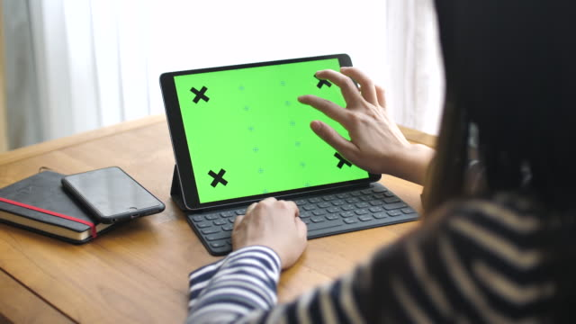 Kvinna att skriva tangentbord av Digital tablett med Chroma key, Slow motion