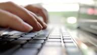 Donna digitando sul computer portatile-Primo piano della tastiera
