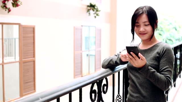 Kvinnan använder smart telefon