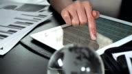 Frau mit einem tablet-PC für Geschäftsreisende.
