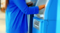 Frau Kreditkarte am Geldautomaten verwenden