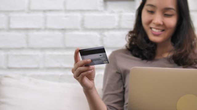 Kvinna med kreditkort för online Shopping med Laptop