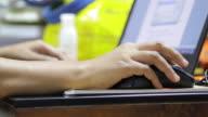 Vrouw met laptopcomputer