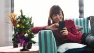 Frau mit Handy bei Hone in Weihnachts-Event