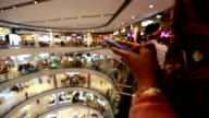 Frau verwenden Mobile Smart Phone in Shopping-Mall, Slow-motion