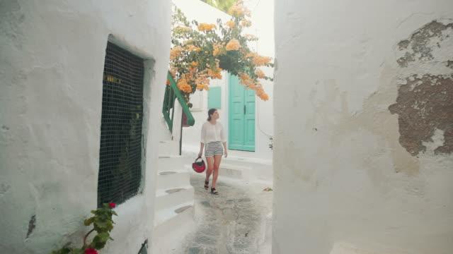 Frau Mikonos Stadt Straßen in Griechenland zu besuchen.