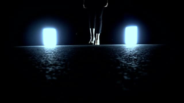 kvinnan gå in i mörka natten