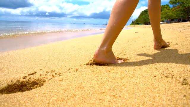 SLO MO Frau zu Fuß am tropischen Strand