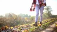 Frau zu Fuß durch den Herbst Blätter am Boden