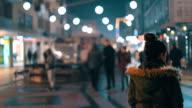 Vrouw lopen door de stad menigte