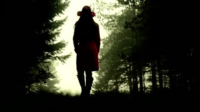 Vrouw lopen door het bos