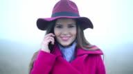 Frau, die zu Fuß in Richtung Kamera und mit Telefon
